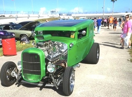 Crowds were moderate at Daytona International Speedway for Turkey Run car show / Headline Surfer®
