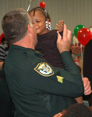 Sheriff's deputies give kids a Christmas /in DeLand, Fla. /  Headline Surfer®